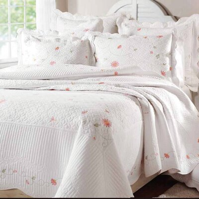<strong>Textiles Plus Inc.</strong> Petals Quilt Set