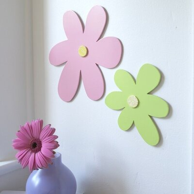 Heart to Heart Wooden Daisy Cut-Out Wall Décor
